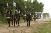 Les gauchos accueillent l'arrivée des groupes en bus à l´estancia